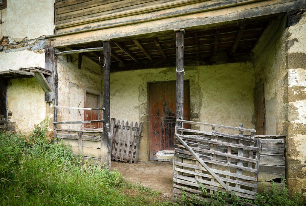 Exterior de un antiguo llagar de sidra en Libardón, Colunga
