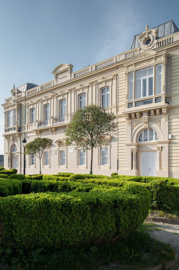 Exterior del Casino de Castropol, obra del arquitecto Juan Miguel de la Guardia