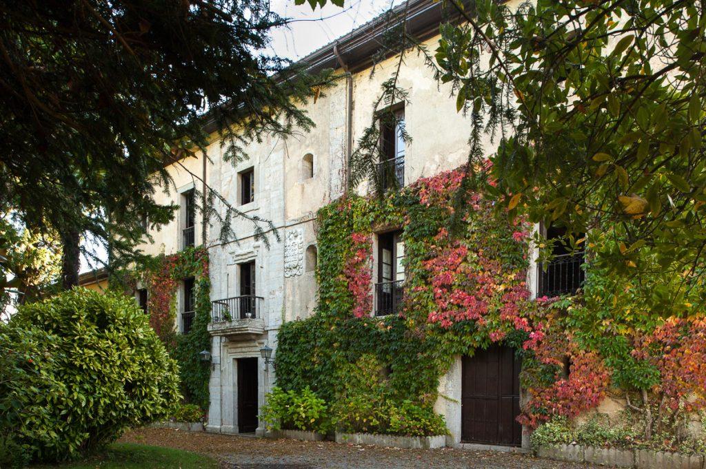 Fachada del Palacio de Faes en Coviella, Cangas de Onís.
