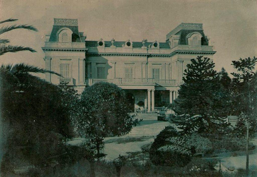 Fachada del Palacio Jardón y jardín delantero