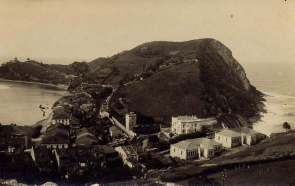 Foto antigua panorámica del chalé de La Atalaya en Ribadesella, Asturias