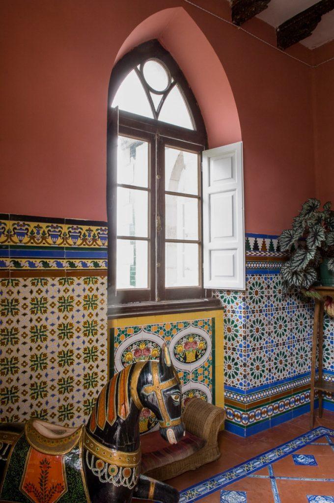 Zaguán de entrada a la casa de indianos Villa Anita en Boal, Asturias, con los azulejos de Talavera