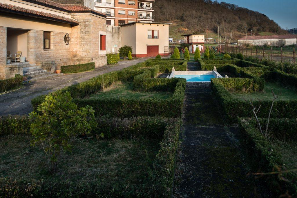 Jardín y estanque del chalé para Ramón González en Cangas de Onís