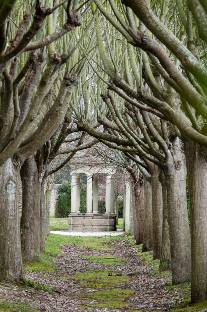 Vista del jardín con uno de los templetes del Palacio Jardón