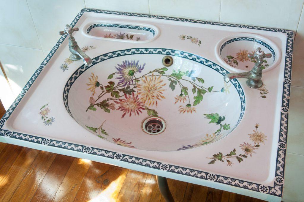 Lavamanos con decoración de flores en la casa de indianos Villa Radis