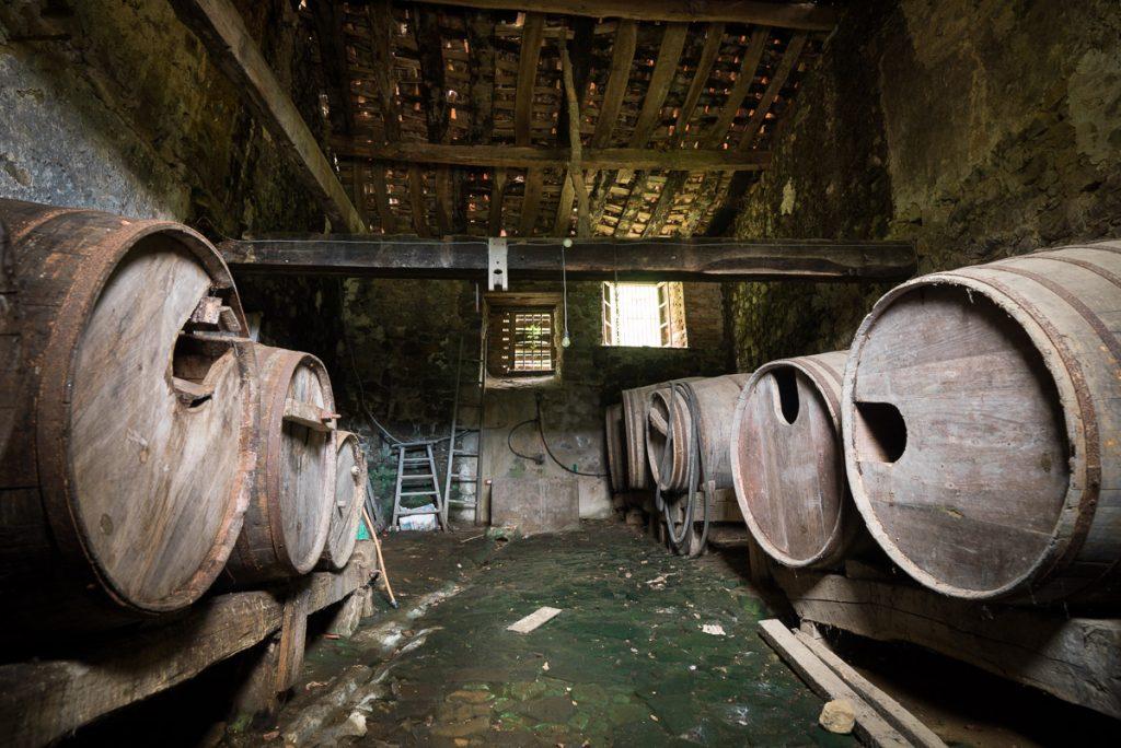 Almacén con los toneles de sidra en un llagar de Libardón Asturias