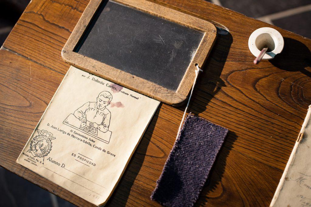 Pizarrín y libreta sobre el pupitre de la escuela indiana de San Luis en Boal, Asturias
