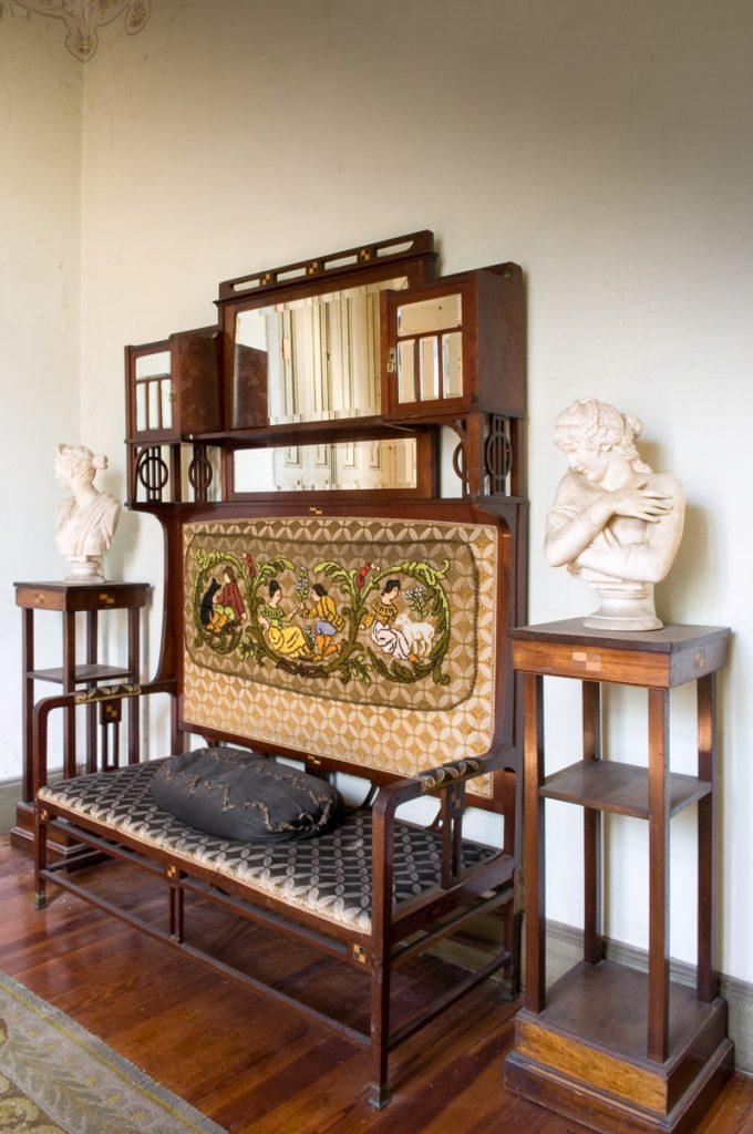 Conjunto de mobiliario para una sala de La Javariega, Poo de LLanes