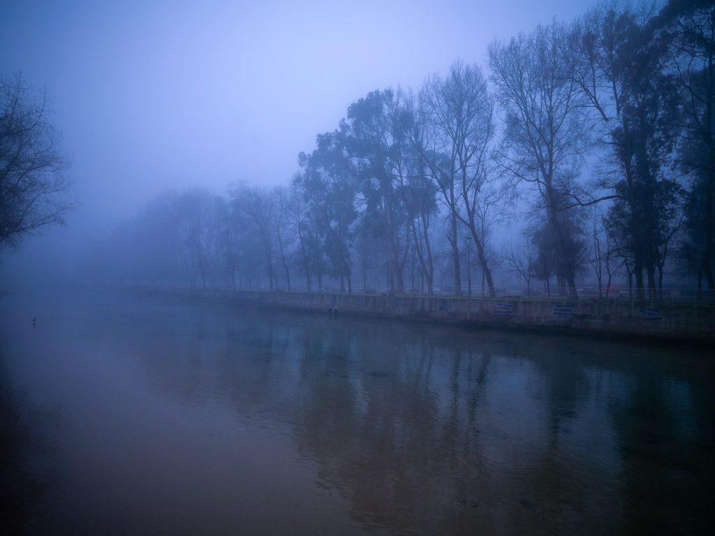 Amanecer con niebla en la desembocadura del río Piles en Gijón