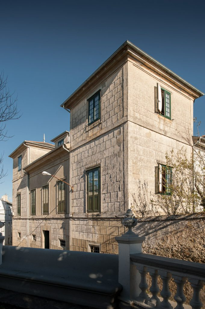 Palacio de las Cuatro Torres junto al parque Vicente Loriente Acevedo en Castropol