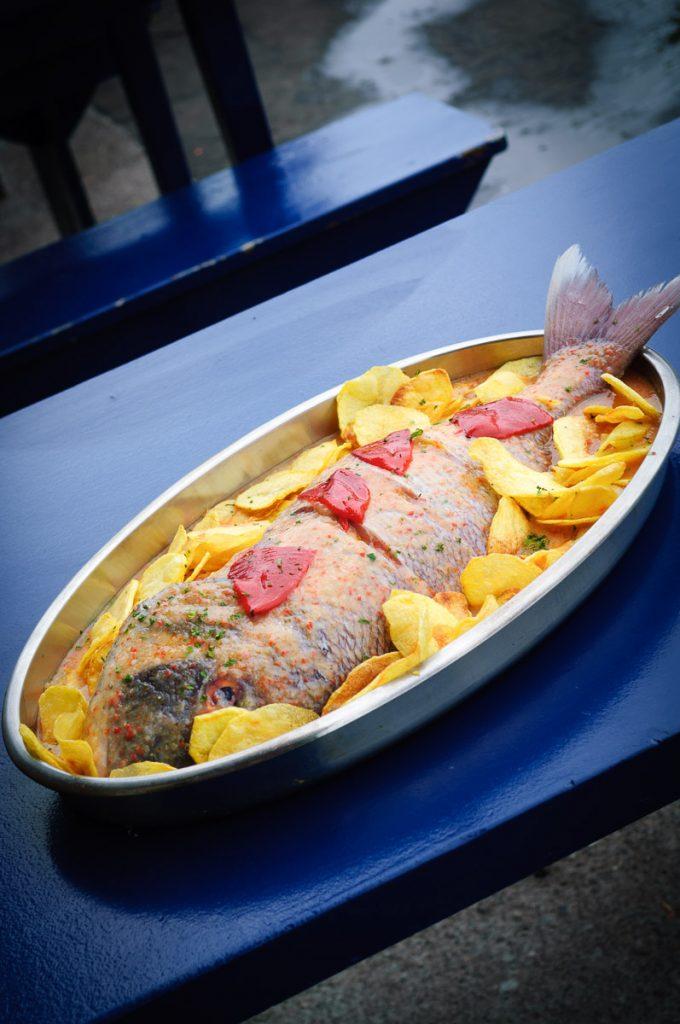Plato de pescado al horno en el pueblo de pescadores  de Tazones, Villaviciosa, Asturias
