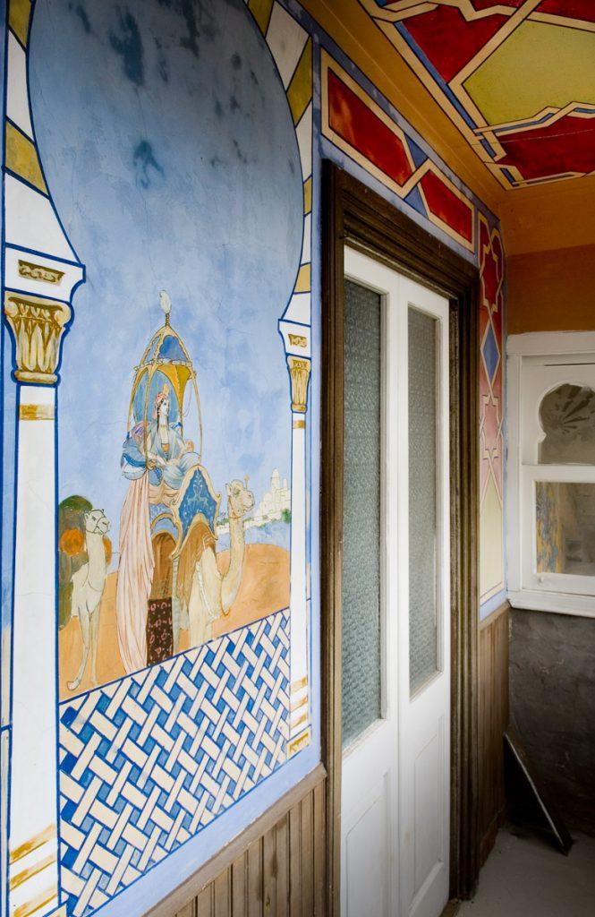 Detalle de las pinturas interiores de Villa Anita en Boal, Asturias