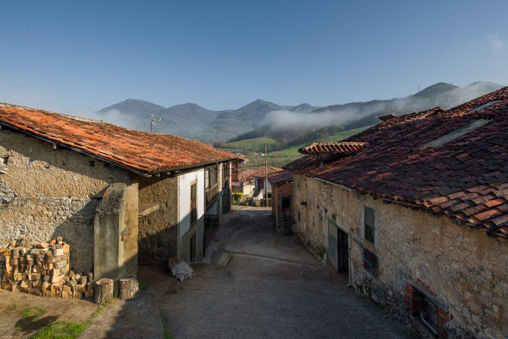 Vista panorámica del pueblo de Villar en Onís, Asturias