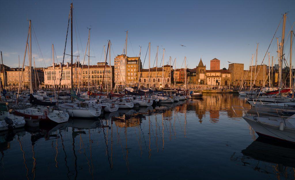 Panorámica del puerto deportivo en Gijón