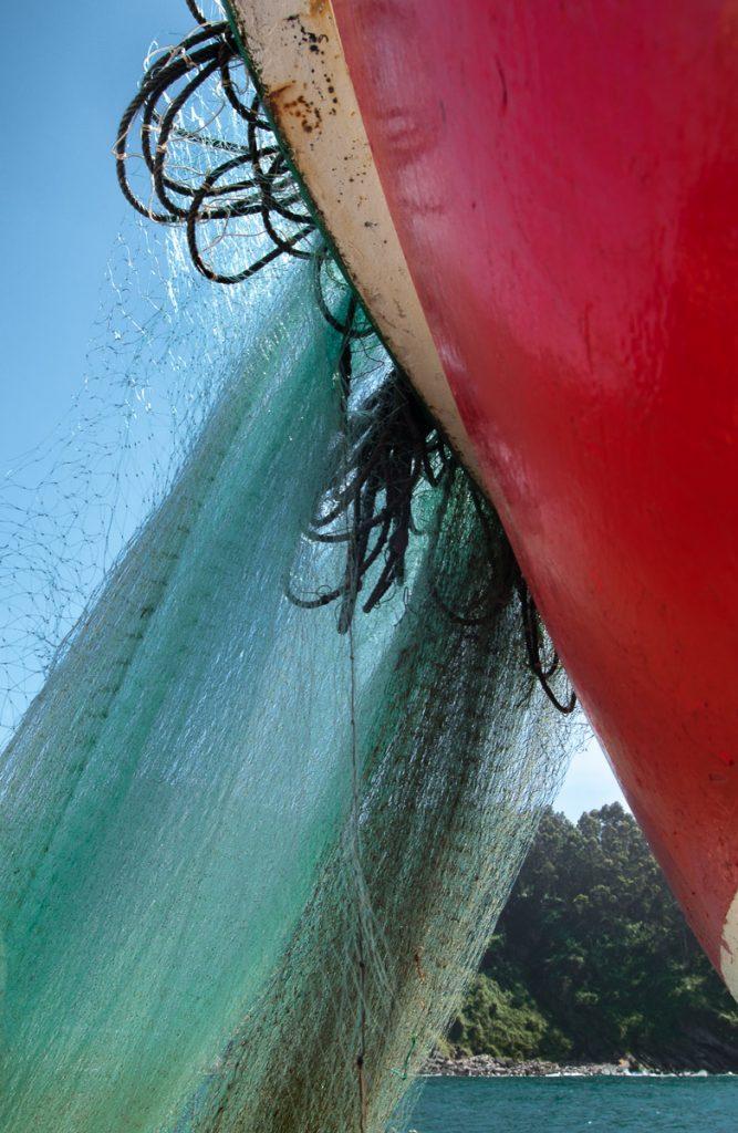 Barca y redes en el pueblo de pescadores de Tazones, Asturias