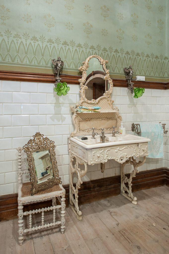 Lavabo y tocador del baño del Palacio de Doriga en Salas
