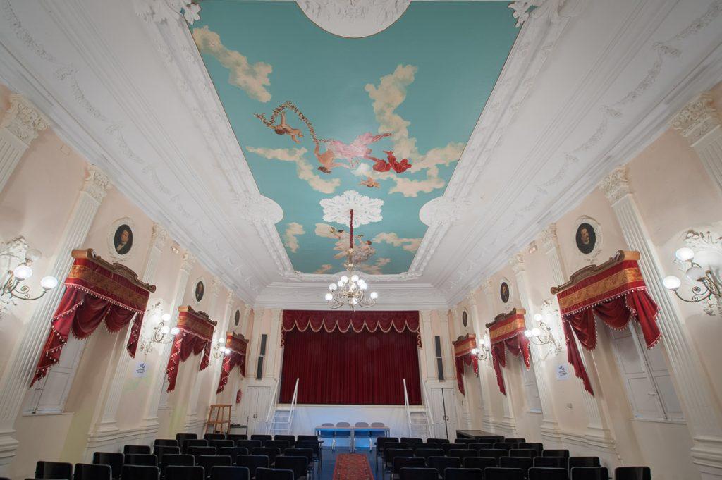 Vista general del antiguo salón de baile del Casino de Castropol