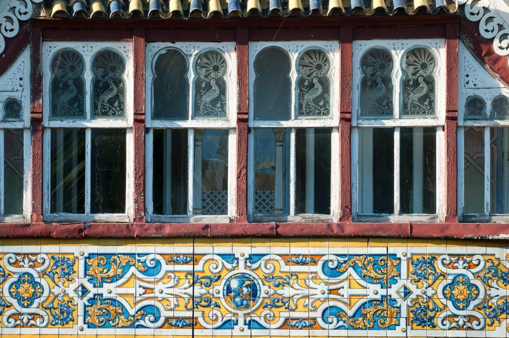 Azulejos y cristales tallados en Villa Anita