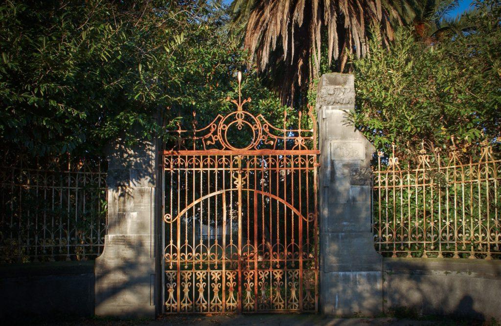 Verja de entrada a Villa Excélsior en Barcellina, Valdés