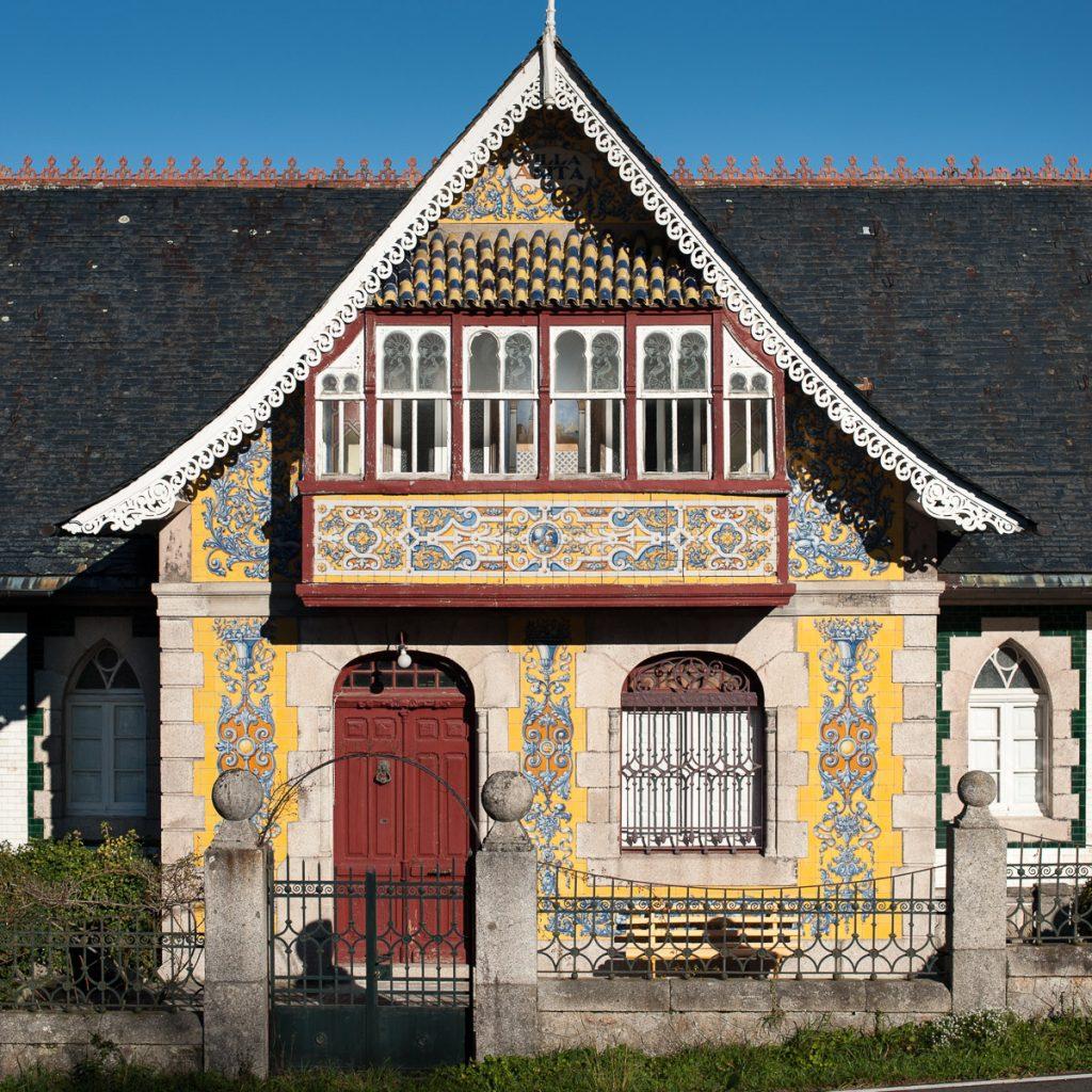 Fachada principal de la casa de indianos Villa Anita en Boal