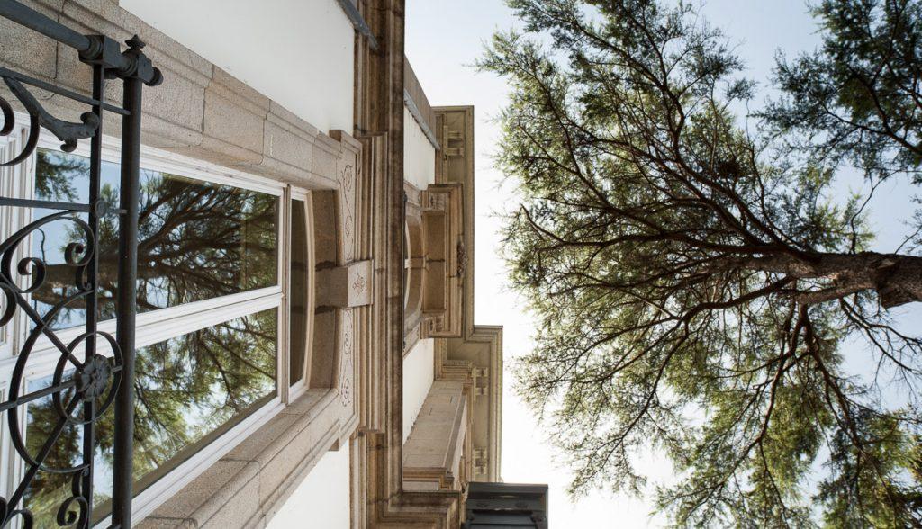 Detalle de la arquitectura de la casa de indianos Villa Tarsila en Luarca, Asturias