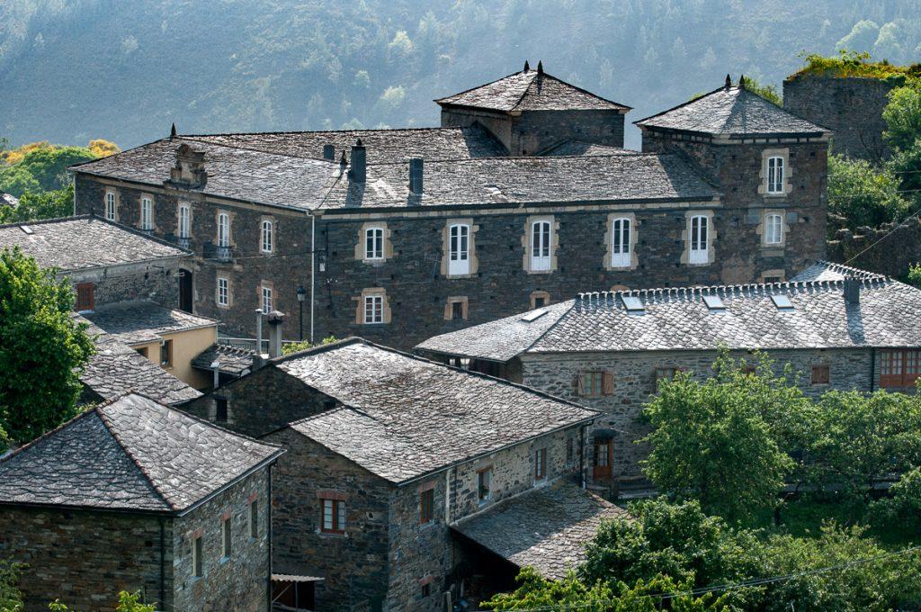Vista general del Palacio de Ron en la capital del concejo de Pesoz en Asturias