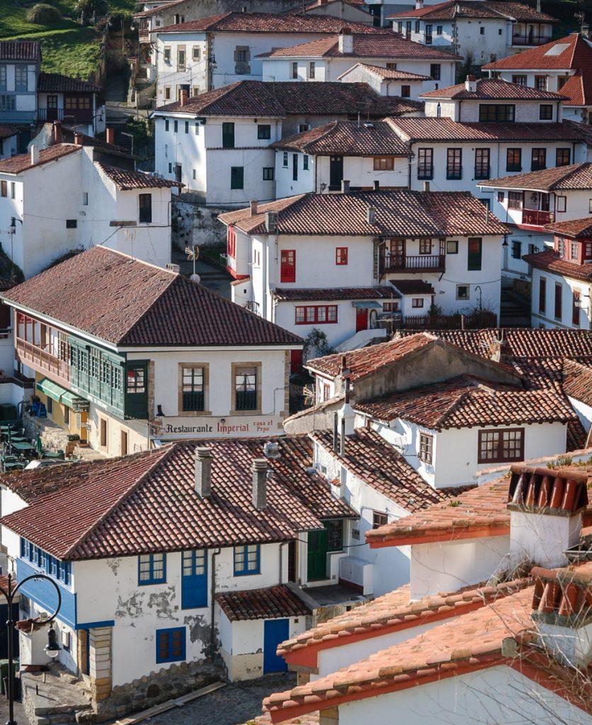 Vista panorámica del pueblo marinero de Tazones en Asturias