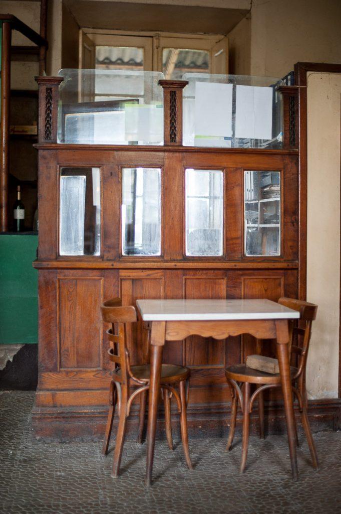 Detalle de un viejo bar-tienda en Peñamellera Baja