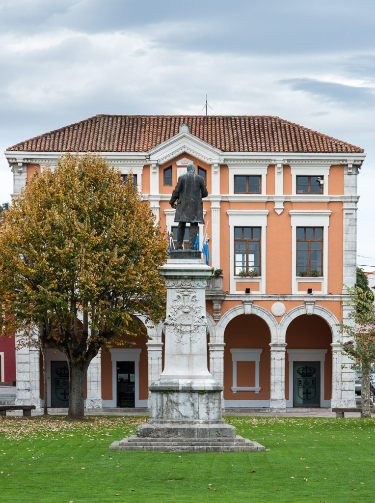 Ayuntamiento de Colombres y estatua de Manuel Ibáñez Posada