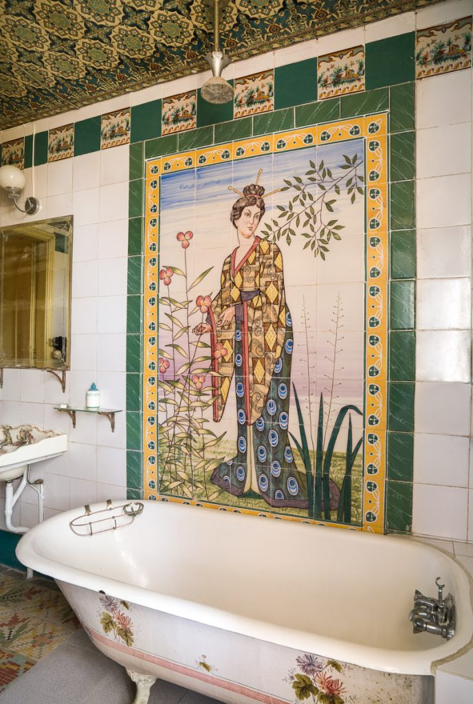 Decoración oriental en uno de los baños más singulares de casas de indianos en la Quinta de Arriba en Alevia