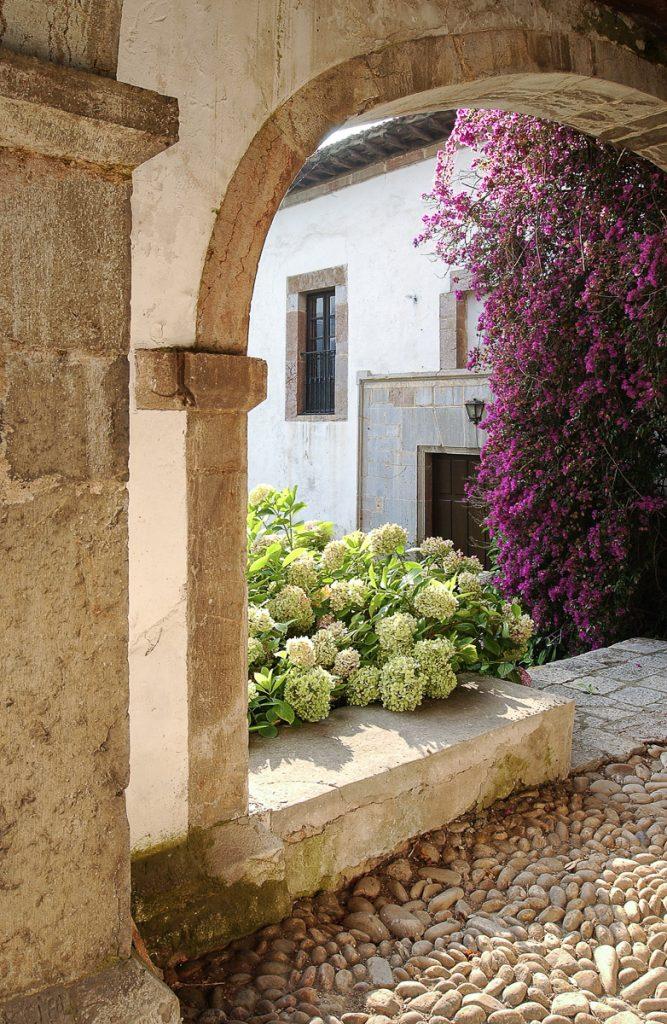 Hortensias y Buganvillas en el Palacio de La Espriella en Villahormes, Llanes