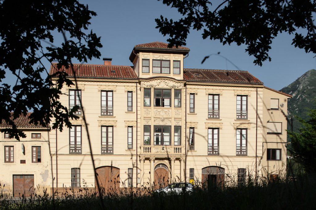 Casa de indianos de Florencio Milera situada en Buelles, concejo de Peñamellera Baja
