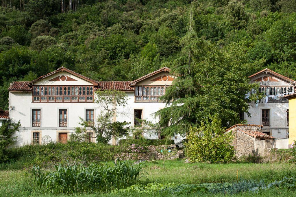 Casas de indianos en el pueblo de Buelles, concejo de Peñamellera Baja, Asturias