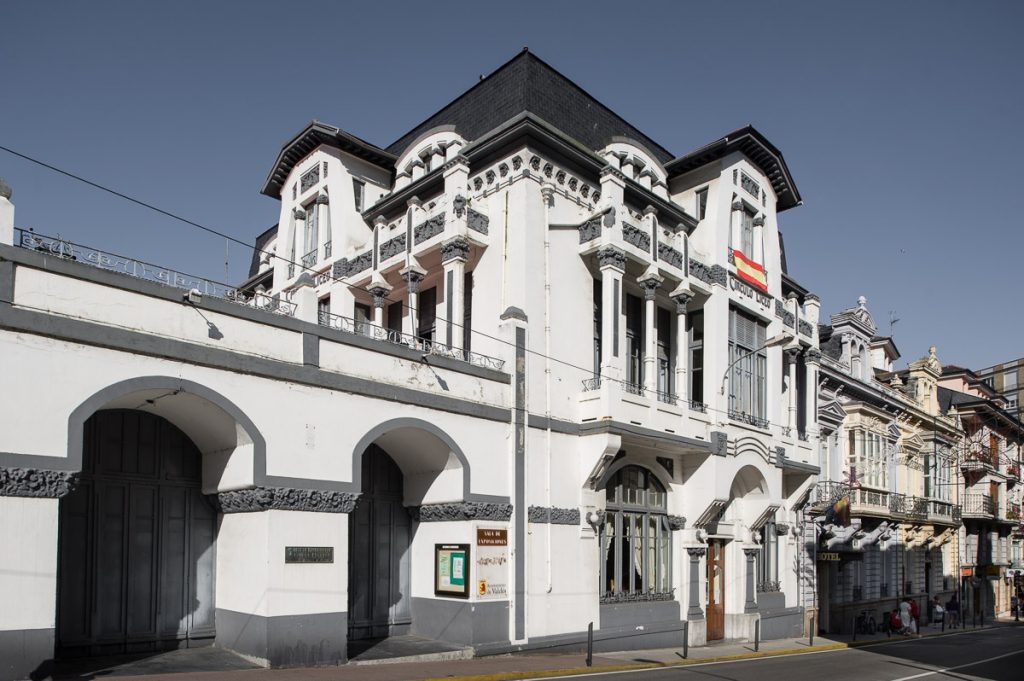 Edificio del Casino de Luarca obra de Manuel del Busto de 1911