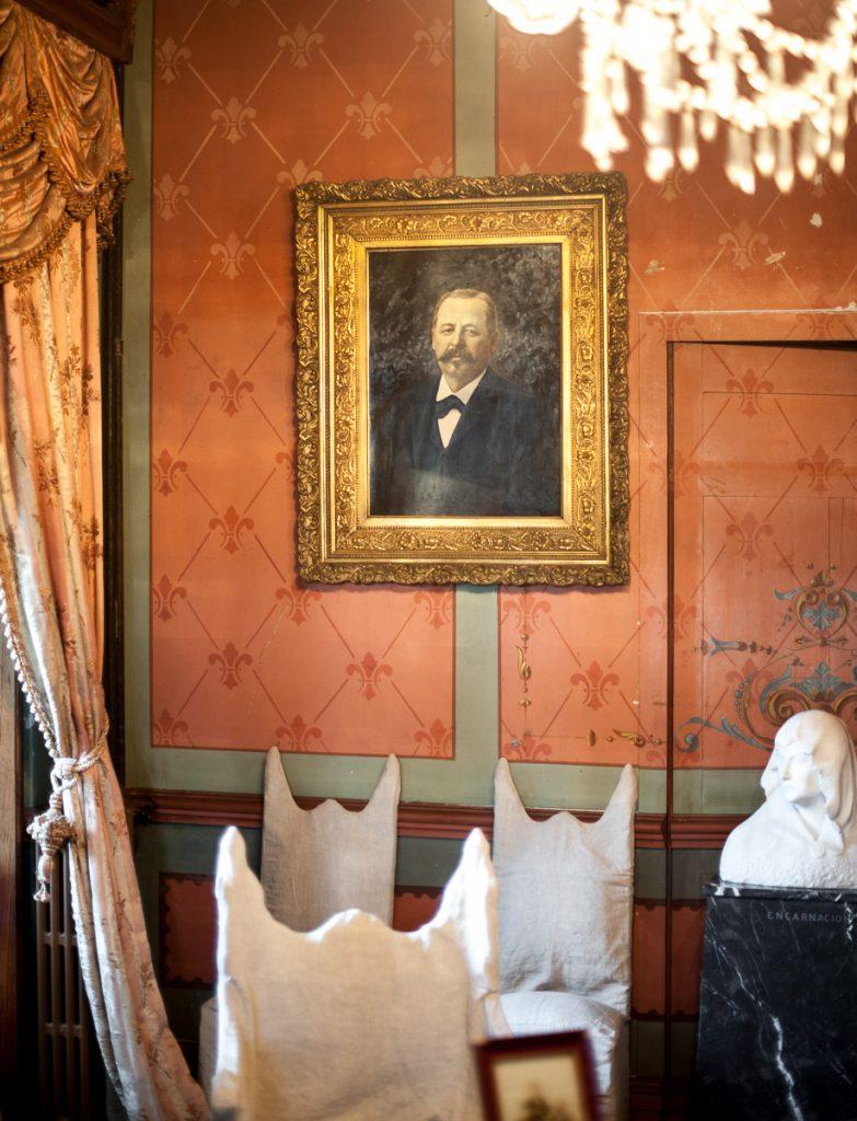 Retrato del indiano Gabino Álvarez en el salón de La Casona de Somao