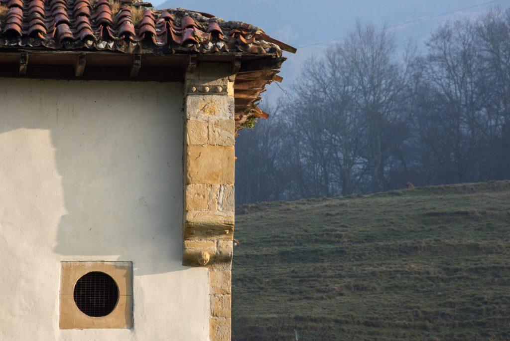 Detalle de la torre de Siriviella en Onís