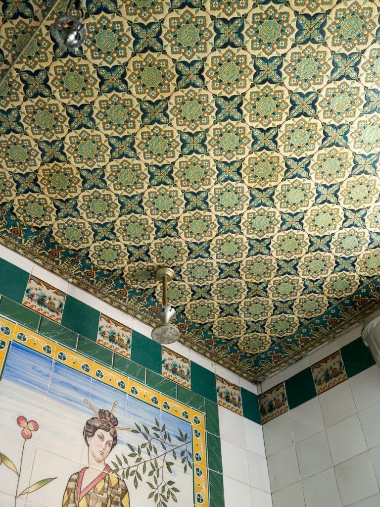 Decoración del techo en uno de los baños más singulares de las casas de indianos