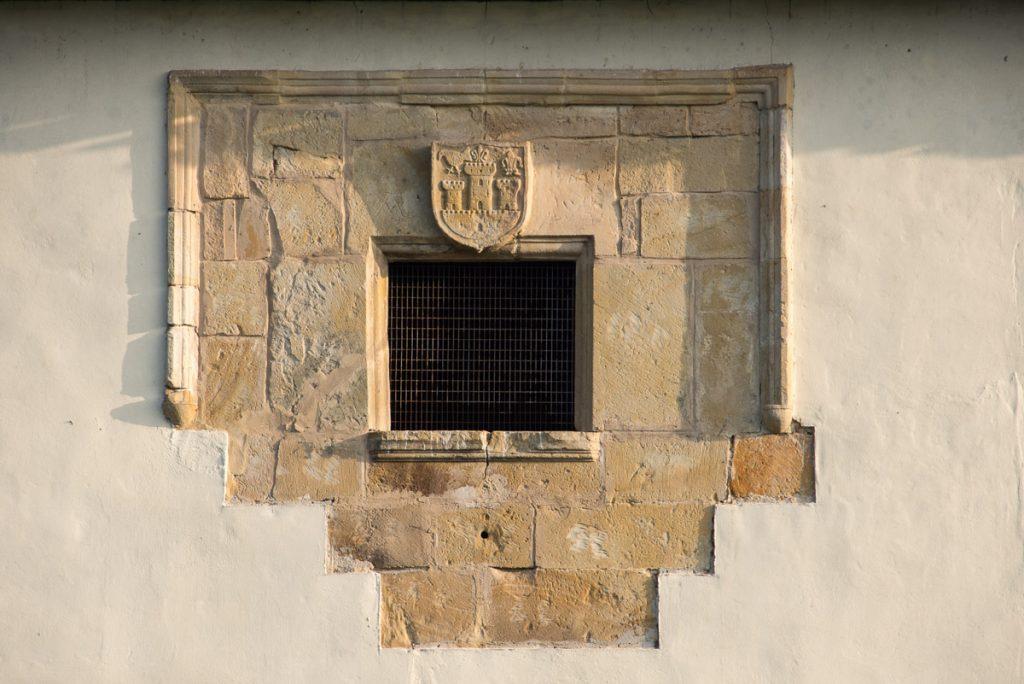 Ventana y escudo de la Torre de Sirviella en Onís