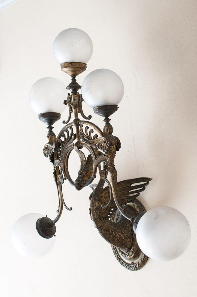 Lámpara que decora el interior del Casino de Luarca en el concejo de Valdés
