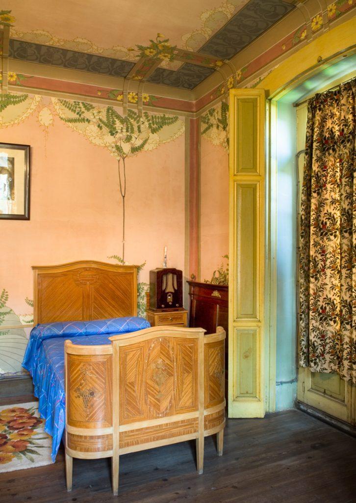 dormitorio de la casa de indianos Villa Isabel en La Ferrería, Soto del Barco