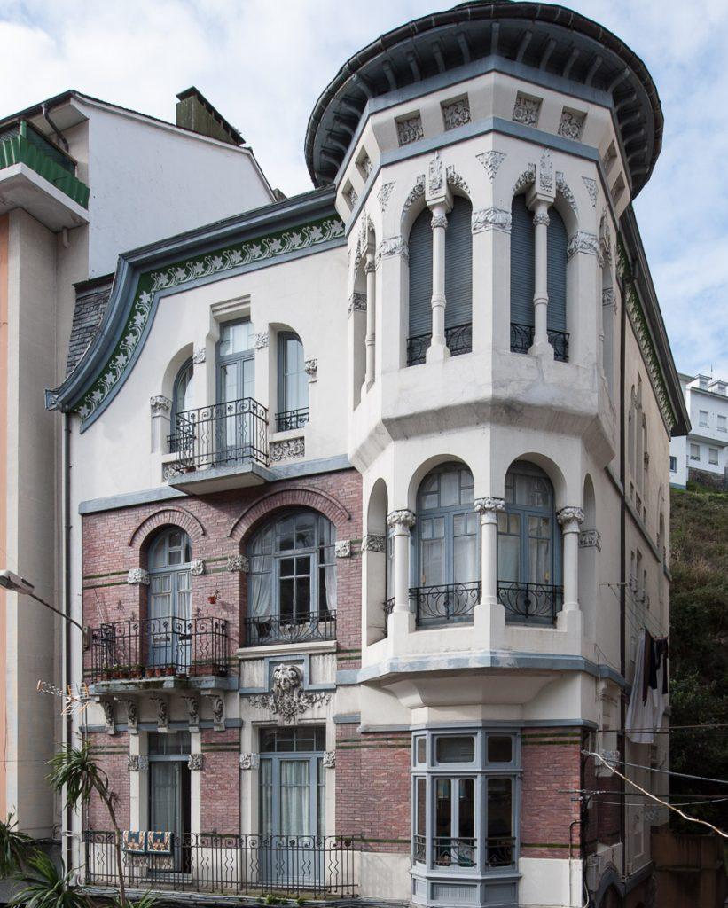 Arquitectura modernista en este edificio de 1911 situado en Luarca