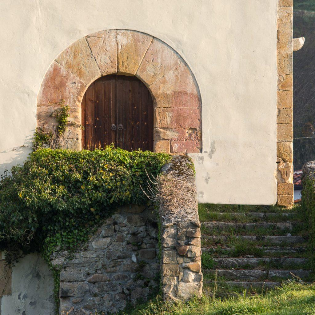 Puerta de entrada a la Torre de Sirviella en Onís