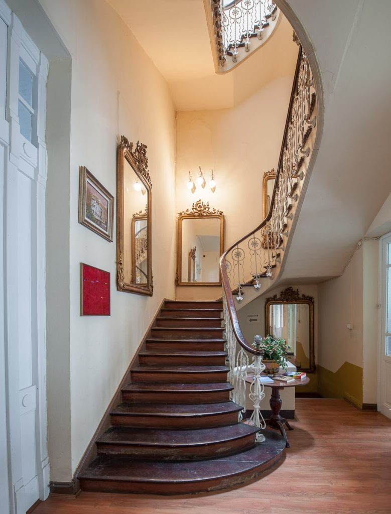 Escalera interior del Casino de Luarca en Asturias