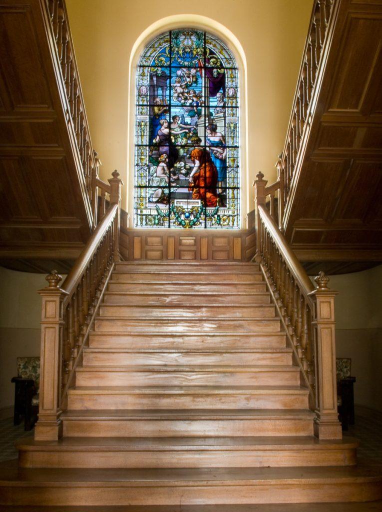 Escalera interior de la Quinta San Jorge en Viavelez, Asturias