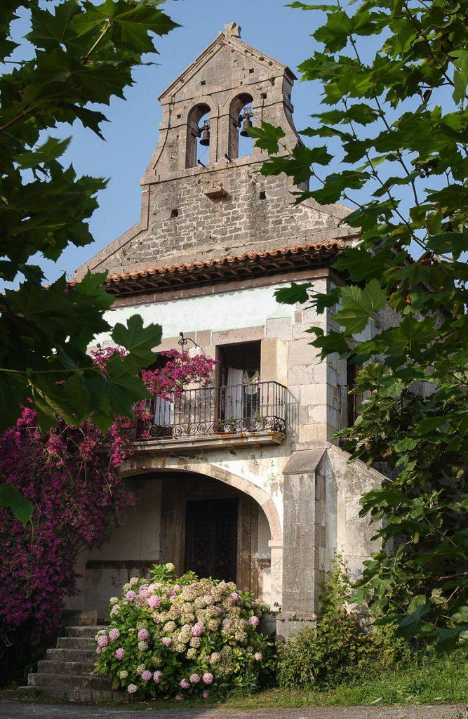 Capilla de uno de los Palacios del Oriente de Asturias en Villahormes