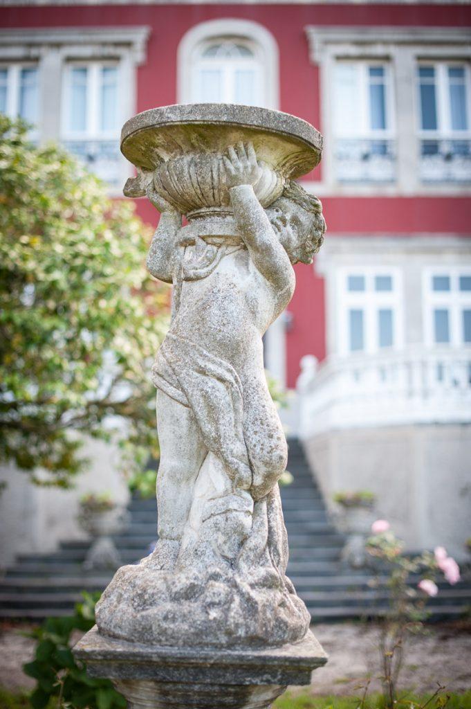 Detalle de una escultura en el jardín de La Casona de Somao en Pravia
