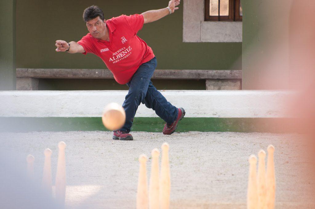 Momento del juego de bolos en el Oriente de Asturias durante una partida