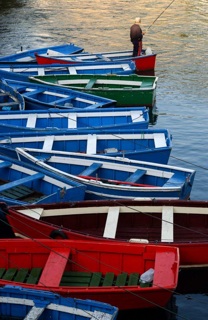 Lanchas pequeñas en la dársena del puerto de Luarca, Asturias