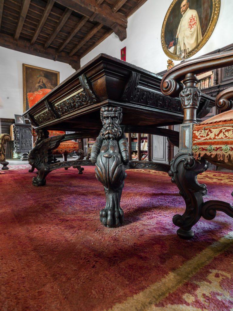 Detalle de mesa y silla del Palacio de La Espriella en Villahormes, Asturias