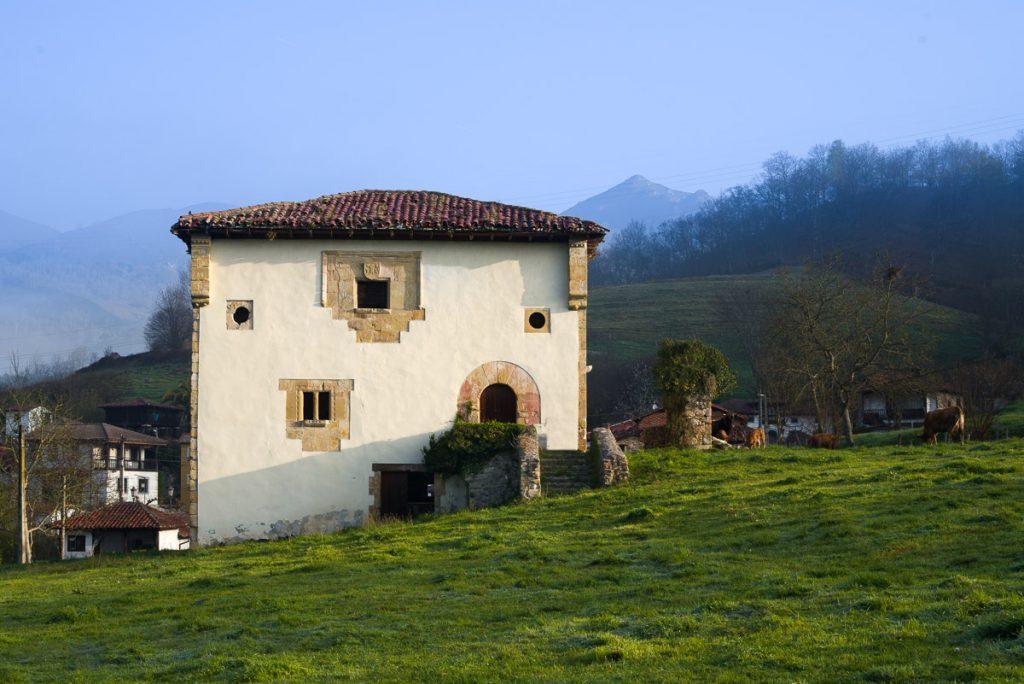 Vista general del paisaje y la Torre de Sirviella en el concejo de Onís